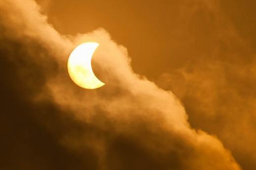 Khoảnh khắc nhật thực một phần lúc 7g34 tại TP. HCM. (Ảnh: Vuanhdang1002 - Tinh tế)