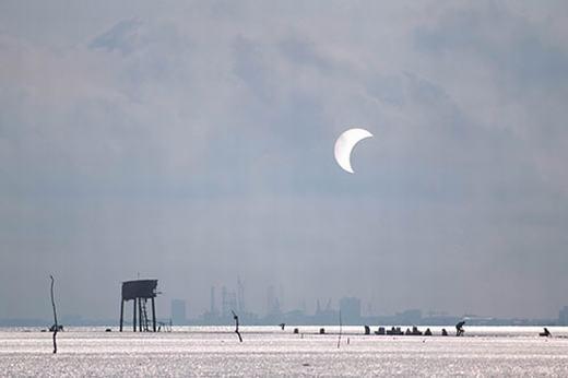 Một hình ảnh khác được ghi lại tại bãi biển Cần Giờ. Lúc này, nhật thực là cực đại. (Ảnh: Tấn Khải)