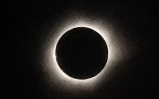 Tại các nước Đông Nam Á và châu Á khác, nhiều người cũng chiêm ngưỡng và ghi lại khoảnh khắc rất lâu mới có này, cả nhật thực một phần lẫn nhật thực toàn phần. Như hình ảnh mà chúng ta đang xem được ghi lại tại thành phố Ternate, Maluku, Indonesia. (Ảnh: AFP)