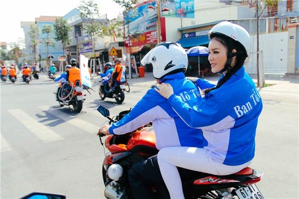 Lý Nhã Kỳ ngồi sau mô tô và theo sát các vận động viên suốt chặng đường đua - Tin sao Viet - Tin tuc sao Viet - Scandal sao Viet - Tin tuc cua Sao - Tin cua Sao
