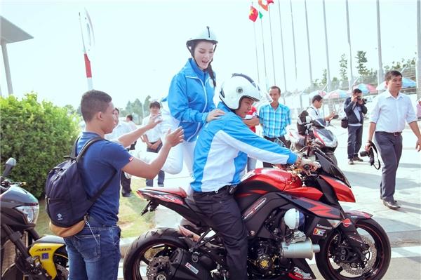 Lý Nhã Kỳ ngồi mô tô cổ động các vận động viên đua xe đạp nữ - Tin sao Viet - Tin tuc sao Viet - Scandal sao Viet - Tin tuc cua Sao - Tin cua Sao