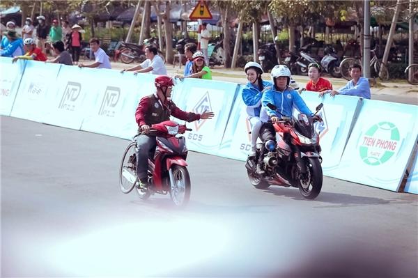 Để cổ vũ vận động viên ngay từ chặng đầu tiên, Lý Nhã Kỳ hào hứng ngồi sau một chiếc mô tô thể thao đi cùng toàn bộ ba vòng đua dài gần 70 km để cổ động các nữ vận động viên. - Tin sao Viet - Tin tuc sao Viet - Scandal sao Viet - Tin tuc cua Sao - Tin cua Sao