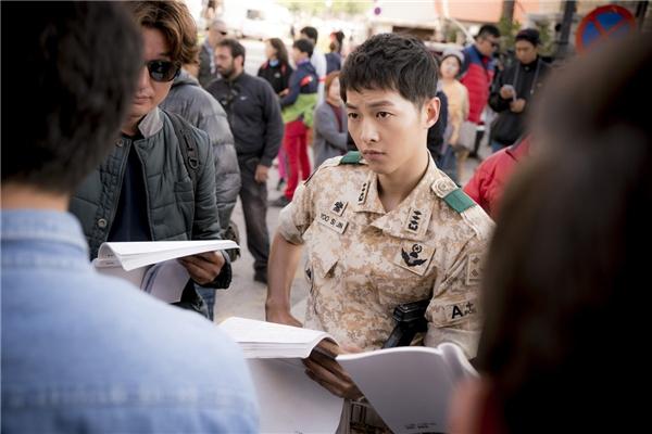 """Song Joong Ki """"đốn tim"""" fan trước giờ Hậu duệ Mặt Trời lên sóng"""