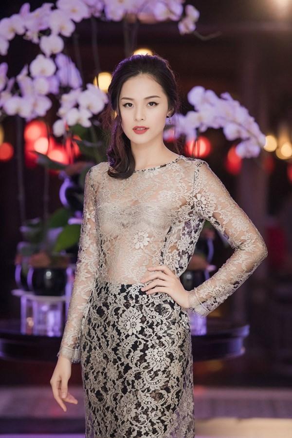 Hạ Vi bắt đầu ưa chuộng kiểu diện trang phục này trong thời gian gần đây. Trong buổi tiệc tại thủ đô Hà Nội, nữ diễn viên xinh đẹp xuất hiện ấn trượng trong bộ áo dài xuyên thấu gợi cảm. Cô khéo léo phối nội y cùng tông màu với trang phục, nước da tạo nên một tổng thể hoàn hảo.
