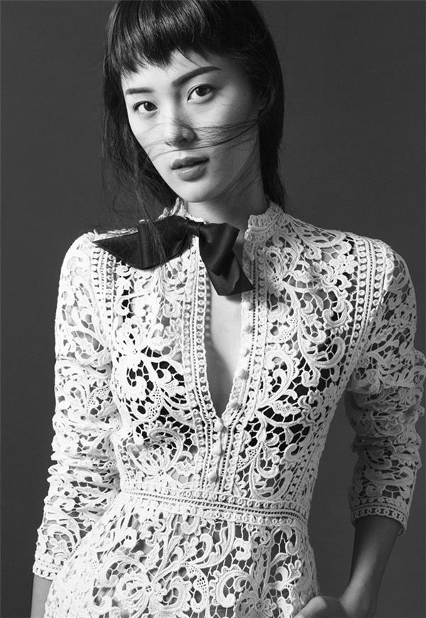"""Trong loạt ảnh thời trang mới nhất, Hạ Vi cũng diện trang phục mỏng tang khoe khéo nội y nhưng tương phản về tông màu. Nhiều lời khen dành tặng cho công thức kết hợp """"không thể chuẩn hơn"""" của cô nàng diễn viên 9X."""