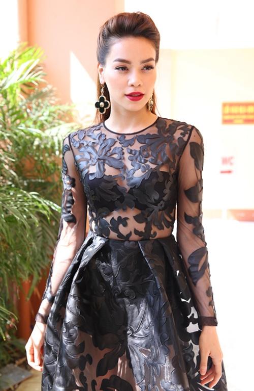 Với chiều cao cùng sắc vóc nổi bật, Hồ Ngọc Hà luôn tự tin diện mốt khoe nội y. Bộ váy mà cô diện trên ghế nóng The X - Factor 2014 gần như đạt đến điểm 10 cho sự hoàn hảo.