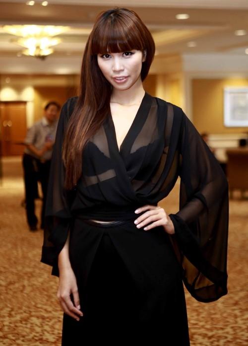 Trong lớp áo mỏng manh, chiếc áo bra trở thành điểm nhấn thú vị trên cả cây đen cá tính của Hà Anh.