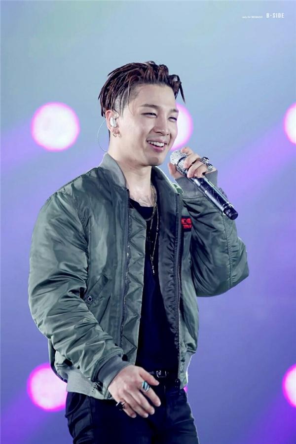 """Quăng áo xuống tặng là một thủ tục thường thấy tại các concert của nhóm nhạc nam. Tuy nhiên, nó lại khiến cho Taeyang vô tình trở thành """"người châm ngòi"""" cho trận chiến của fan."""