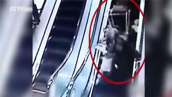 """Kinh hoàng: 2 mẹ con bị xe giỏ hàng """"đè bẹp"""" khi đi thang cuốn"""