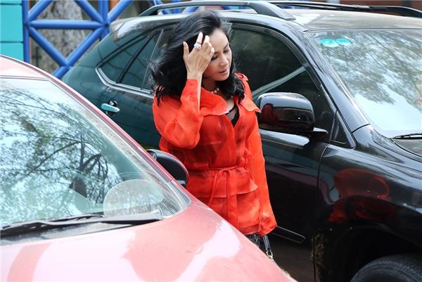 Thanh Lam xuất hiện khá sớm tại buổi ghi hình. Nữ ca sĩ diện váy ngắn đen khá mỏng, lấp ló khoe nội ý cùng điểm nhấn là chiếc áo khoác màu đỏ nổi bật. - Tin sao Viet - Tin tuc sao Viet - Scandal sao Viet - Tin tuc cua Sao - Tin cua Sao