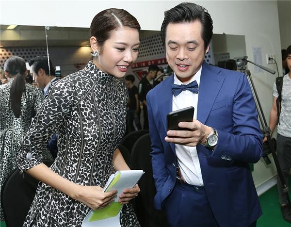 Người đẹp hớn hở xem lại hình trên điện thoại của Dương Khắc Linh - Tin sao Viet - Tin tuc sao Viet - Scandal sao Viet - Tin tuc cua Sao - Tin cua Sao