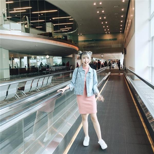 Sắc hồng thạch anh trở thành xu hướng được ưa chuộng nhất trong mùa thời trang Xuân -Hè 2016. Diện chiếc váy ôm sát đơn giản, Quỳnh Anh Shyn khéo léo phối cùng chiếc áo khoác jeans cá tính, mạnh mẽ. Mặc dù tổng thể là sự tương phản giữa hai phong cách nhưng vẫn thuyết phục ánh nhìn của người đối diện.