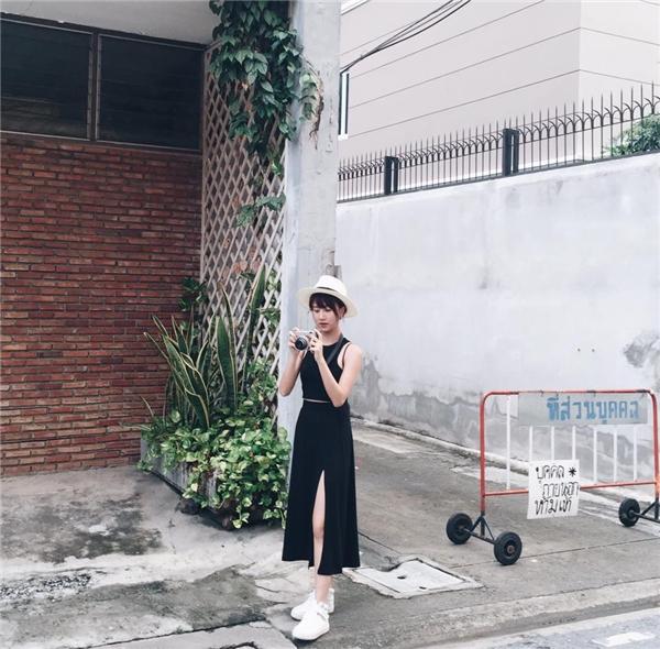Diện độc sắc đen, Quỳnh Anh Shyn vẫn nổi bật nhờ những đường cắt xẻ táo bạo.