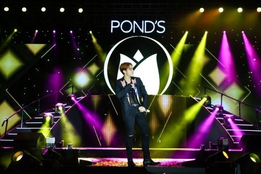 """Sơn Tùng M-TP đã xuất hiện trên sân khấu của """"Pond's - Cám ơn vẻ đẹp Việt"""" và lần lượt thể hiện các """"hit"""" đỉnh nhất của mình là """"Âm thầm bên em"""", """"Chắc ai đó sẽ về"""" và """"Em của ngày hôm qua"""".Đặc biệt, ở cuối ca khúc """"Chắc ai đó sẽ về"""" anh chàng còn khéo léo """"bày tỏ"""" ngọt ngào với các fan rằng: """"Anh nhớ Sky"""". - Tin sao Viet - Tin tuc sao Viet - Scandal sao Viet - Tin tuc cua Sao - Tin cua Sao"""