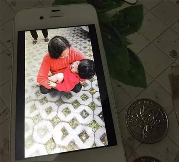 Em bé vô cùng hoảng sợ nhưng thật may mắn là đã thoát lưỡi hái tử thần. Ảnh: QQ News