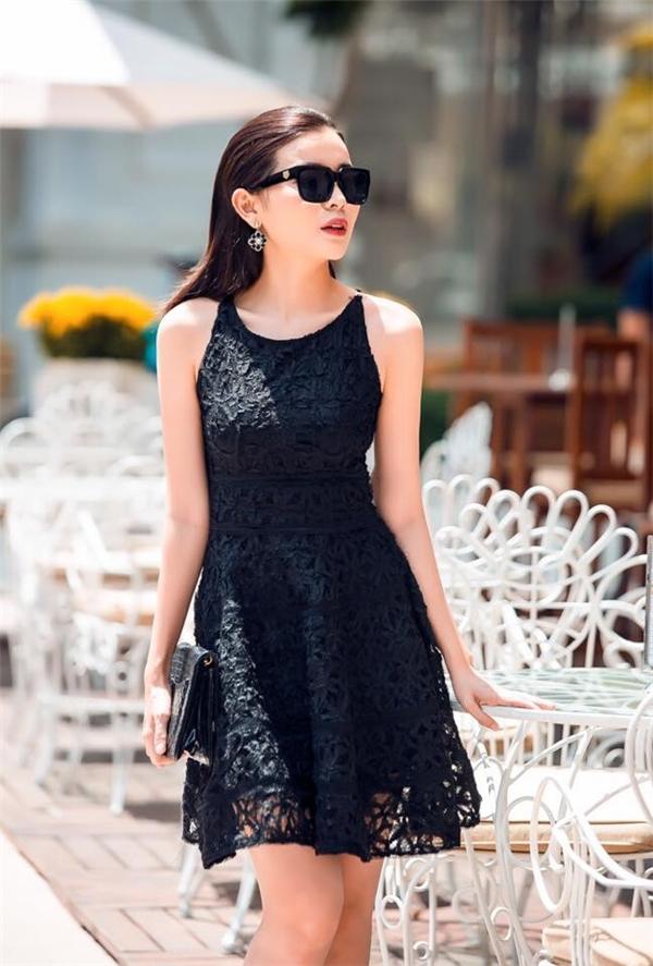 Thiết kế váy xòe nhẹ nhàng, thanh lịch trở nên mới mẻ, thu hút hơn nhờ chất liệu vải lưới xuyên thấu táo bạo. Những hoa văn đan lồng vào nhau tạo nên hiệu ứng thị giác bắt mắt.