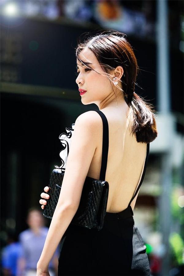 Phần sau của thiết kế càng trở nên bắt mắt nhờ đường cắt táo bạo, hiện đại. Chúng sẽ giúp các cô gái phô diễn được tấm lưng trần thon gọn, quyến rũ.