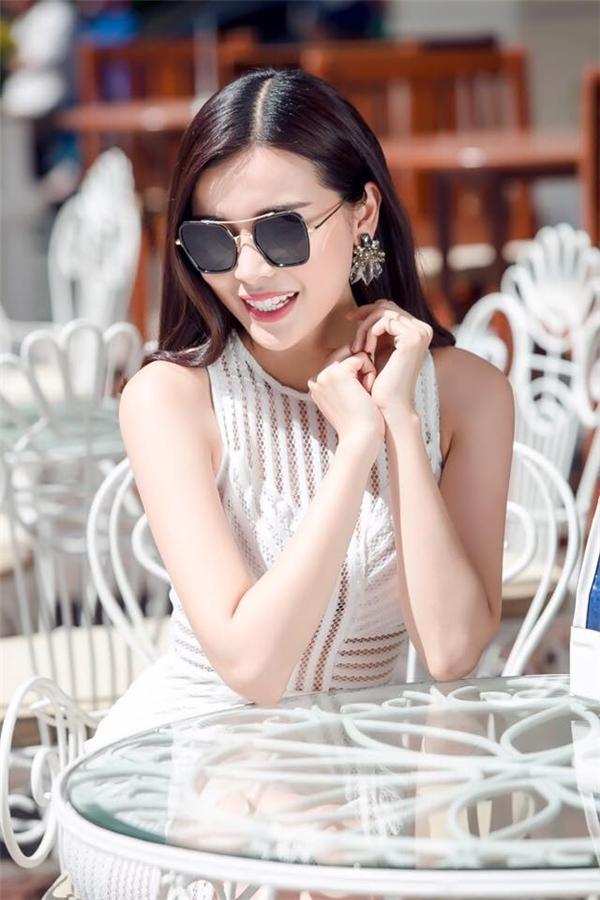 Nữ diễn viên khéo léo phối trang phục cùng hoa tai statement hợp xu hướng.