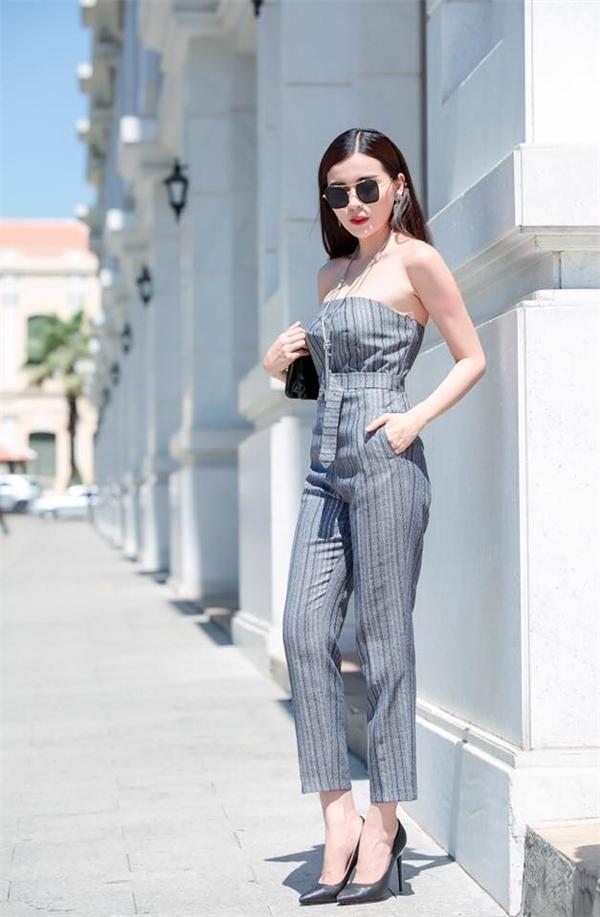 Thiết kế jumpsuit cúp ngực với sắc xám trắng trẻ trung vừa mang đến vẻ ngoài thanh lịch nhưng không kém phần gợi cảm, hiện đại.