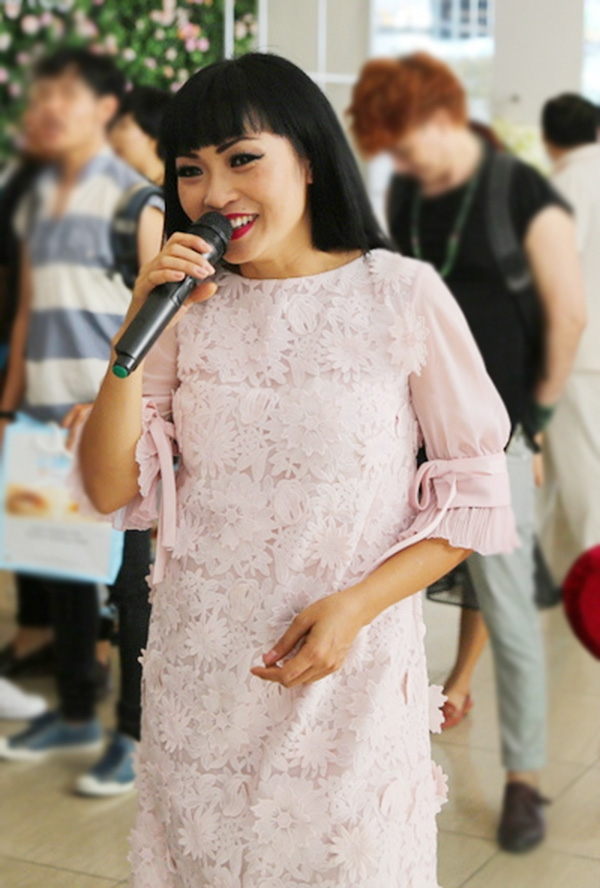 Tuy nhiên, khi thấy ban tổ chức chuẩn bị dàn karaoke tại họp báo, chị đã hào hứng hát cùng với mọi người và đặc biệt là hát không cần micro. - Tin sao Viet - Tin tuc sao Viet - Scandal sao Viet - Tin tuc cua Sao - Tin cua Sao