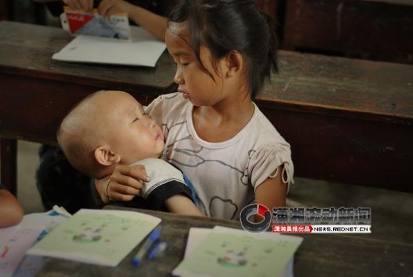 Rơi nước mắt hình ảnh bé gái ôm em ngủ trong giờ học