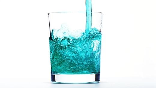 Nước súc miệng có khả năng chống viêm nhiễm, trị hôi miệng. (Ảnh: Internet)
