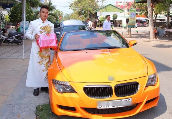 Thanh Duy lịch lãm trong chiếc áo dài trắng, thêu họa tiết rồng, tự mình lái xe mui trần màu cam ấn tượng đi đón dâu.