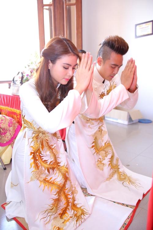 Cặp đôi thực hiện lễ bái bàn thờ gia tiên. Kể từ hôm nay, họ đã chính thức trở thành vợ chồng, cùng nhau chia ngọt sẻ bùi trong chặng đường đời sắp tới.