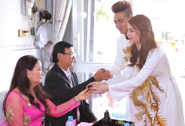 Thanh Duy và Kha Ly dâng trà mời cha mẹ hai bên.
