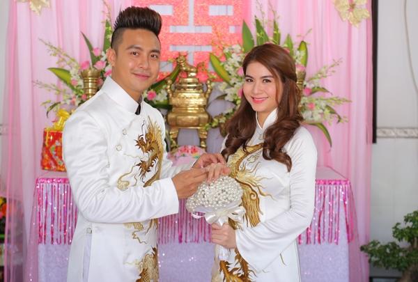 Chú rể Thanh Duy hạnh phúc cầm tay bà xã và đeo nhẫn cưới. Kha Ly tuy lớn hơn Thanh Duy một tuổi, nhưng nhìn cặp đôi rất xứng đôi vừa lứa.