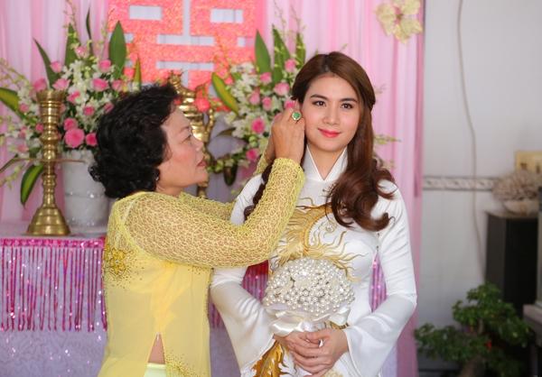 Cô dâu Kha Ly bùi ngùi xúc động trong giây phút được mẹ chồng đeo hoa tai.