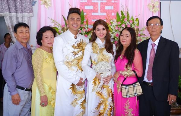 Cặp đôi chụp ảnh kỉ niệm cùng gia đình hai bên trước khi rước dâu về Sài Gòn.