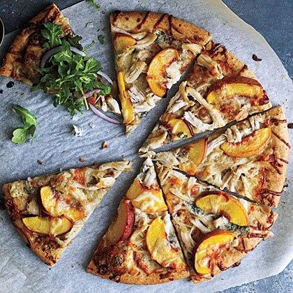 """Những miếng đào vàng tươi mát mắt không còn nằm trong món trà đào ưa thích của giới trẻ Sài Gòn mà đã… chính thức """"chuyển hộ khẩu"""" vào chiếc bánh pizza với món pizza hải sản đào.Một chút chua ngọt, mọng nước của những lát đào sẽ làm trải nghiệm pizza của bạn thêm phong phú hơn đấy.(Ảnh: Internet)"""