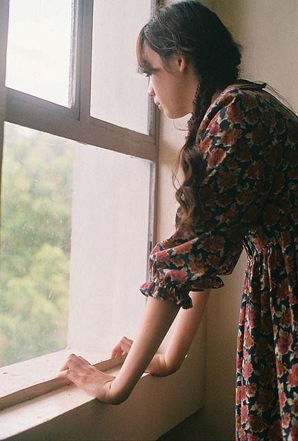 Bạn không muốn quan tâm tới chàng  Tình trạng này thường xảy ra đối với các mối quan hệ lâu dài. Khi ấy, cả bạn và chàng đã trải qua thời gian gắn bó với nhau khá lâu, những đam mê, háo hức như thuở đầu mới yêu đang bị đánh mất dần. Đến một thời điểm nào đó, bạn chán đến mức không còn muốn để mắt tới chàng, bạn không quan tâm xem chàng đi đâu, làm gì, suy nghĩ ra sao?  Đây cũng là thời điểm bạn cần suy nghĩ lại về tình yêu của mình. Bởi dù yêu lâu song nếu cả hai biết thắp lại ngọn lửa yêu trong nhau, vẫn quan tâm và muốn được ở gần nhau thì tình yêu đó mới có thể tiếp tục.  Bạn không kiểm soát được sự ghen tuông