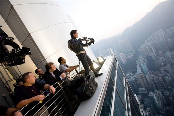 Trường quay của cú nhảy trong phim, bên dưới đã được căng một tấm màn xanh cho hiệu ứng CGI.