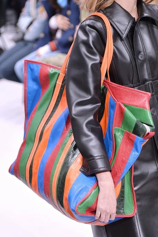 Kiểu túi này có thiết kế họa tiết kẻsọc với màu sắc sặc sỡ.(Ảnh: Internet)