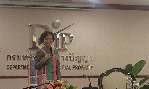 Tổng giám đốc Bộ Sở hữu Trí tuệ Thái Lan mang chiếc túi hàng Thái đến cuộc họp báo.(Ảnh: bangkok.coconuts)