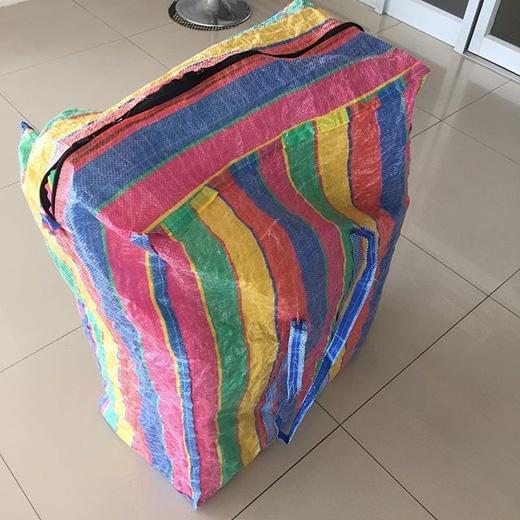 ...trông chẳng khác mấy kiểu túi nhựa đựng đồ hàng ngoài chợ.(Ảnh: Instagram)