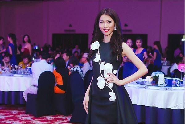 Angela Phương Trinh và Quỳnh Châu cùng diện thiết kế nằm trong bộ sưu tập La Vie En Rose của nhà thiết kế Đỗ Mạnh Cường. Mặc dù không sử dụng chất son đỏ như Quỳnh Châu nhưng Angela Phương Trinh vẫn có phần nổi bật hơn nhờ sắc cam trẻ trung, cá tính.
