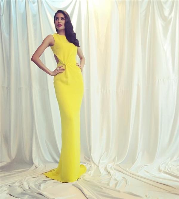 Phạm Hương đầy quyến rũ, thu hút khi diện bộ váy có tông vàng rực rỡ, ấm áp trong một buổi chụp ảnh thời trang. Thiết kế tạo điểm nhấn bởi chi tiết cut-out, xoắn vải ở phần eo.