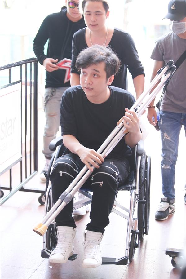 Yanbi được bạn bè dùng xe lăn đưa đến điểm ghi hình Nhân tố bí ẩn 2016. - Tin sao Viet - Tin tuc sao Viet - Scandal sao Viet - Tin tuc cua Sao - Tin cua Sao