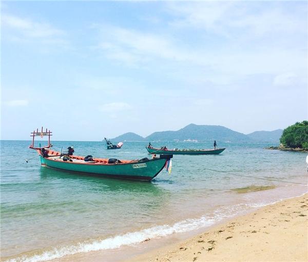 Chèo thuyền hoặc đi tàu đến những hòn đảo nhỏ lân cận. Giá thuê một chiếc tàu nhỏ (có kèm theo bữa ăn trưa) là 7 đô la (khoảng 155.000 đồng). (Ảnh: Instagram)