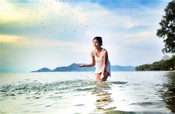 Tắm biển. Du lịch biển đảo mà không tranh thủ vẫy vùng trong làn nước mát thì hơi vô lí đấy. Làn nước xanh, nắng luôn vàng và hàng dừa xanh xào xạc trên cao sẽ đưa bạn đến xứ sở thần tiên ngay lập tức. (Ảnh: Instagram)