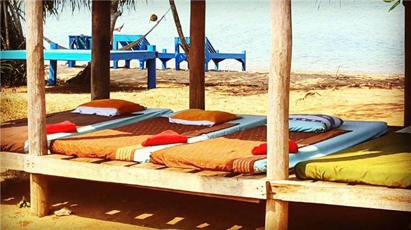 Mát-xa. Không còn gì tuyệt hơn nằm dài mát-xa trên những chiếc ghế đặt dọc bãi biển giữa tiếng sóng vỗ rì rào và gió mát rượi. Bạn sẽ tốn khoảng 5 đô la/giờ (110.000 đồng)mát-xa chân và 7 đô la/giờ (khoảng 155.000 đồng)mát-xa bằng dầu dừa. (Ảnh: Instagram)