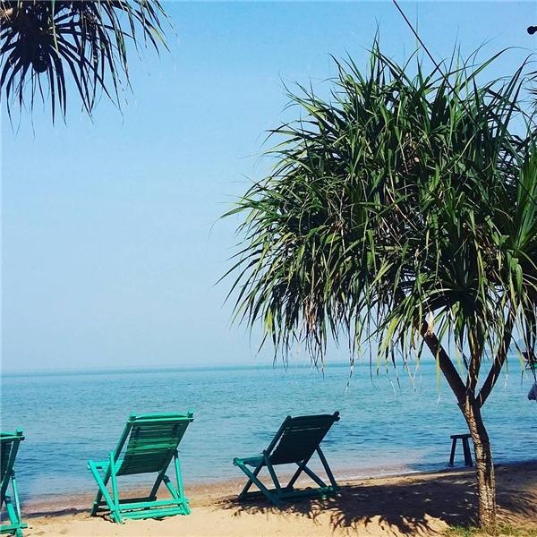 Những chiếc ghế đặt dọc bờ cát để trông thẳng ra bãi biển xanh rì. (Ảnh: Instagram)