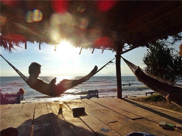 Hoặc chỉ đơn giản là... nằm ườn cả ngày bên bờ biển để được thiên nhiên ôm trọn vào lòng. (Ảnh: Instagram)