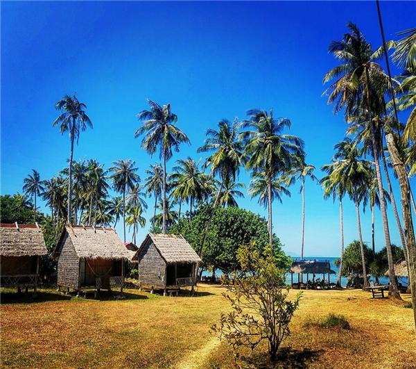 Bạn không cần đặt phòng trước vì đảo khá vắng nên luôn có sẵn bungalow hay phòng trống. (Ảnh: Instagram)