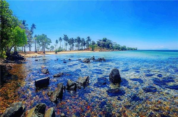 Nước trong vắt phơi bày những hòn đá đủ màu sắc nằm dưới đáy. (Ảnh: Instagram)