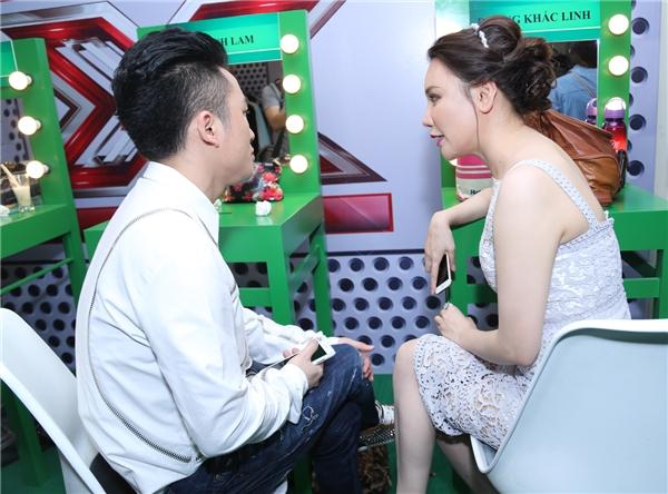 Giọng ca Anh tranh thủ trao đổi công việc với nam ca sĩ Tùng Dương trước khi buổi ghi hình chính thức diễn ra. - Tin sao Viet - Tin tuc sao Viet - Scandal sao Viet - Tin tuc cua Sao - Tin cua Sao
