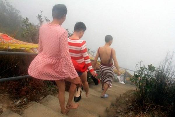 Việc leo núi bằng giày cao gót xem ra không hề dễ dàng gì với họ